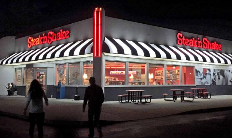 Exterior of Steak 'n Shake restaurant at night.