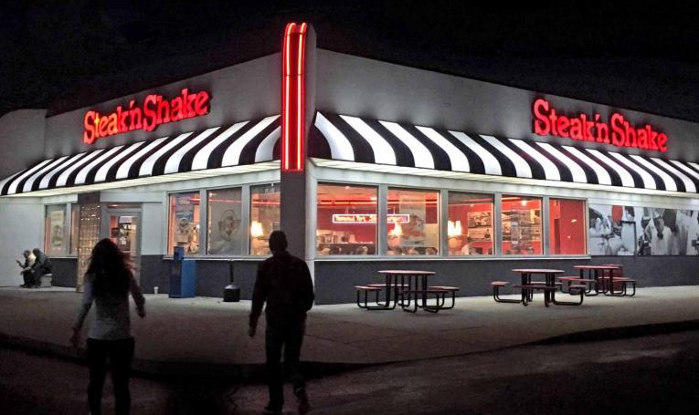 Exterior of Steak 'n Shake restaurant at night.