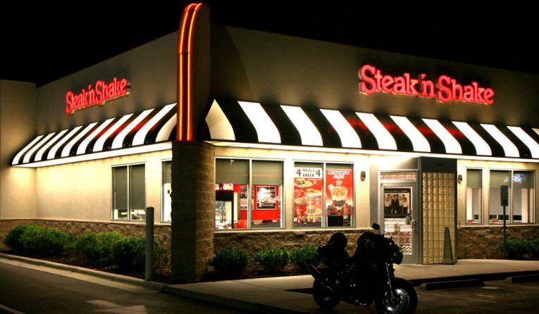 The exterior of a Steak 'n Shake restaurant at night.