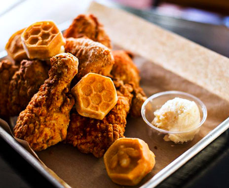 Fast food chicken restaurant in Chicago borrows dining experience from club.